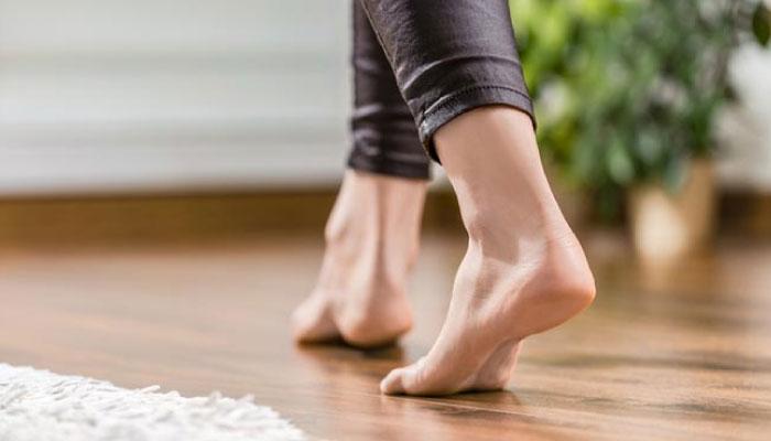 Camina descalzo en tu casa